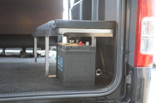 バッテリーや電装品を収納できるスペースがあるベットキット