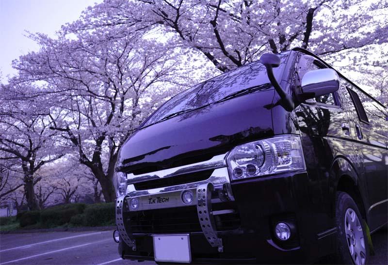 桜とハイエースとランプステー